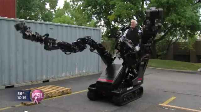 Une photo d' un exosquelette Raytheon Sarcos