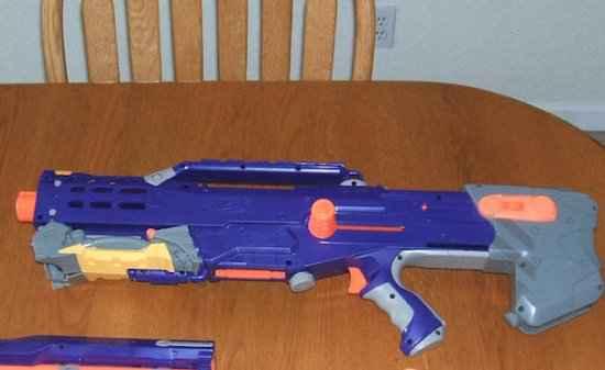 Une photo du fusil en plastique utilisé pour la série Terra Nova