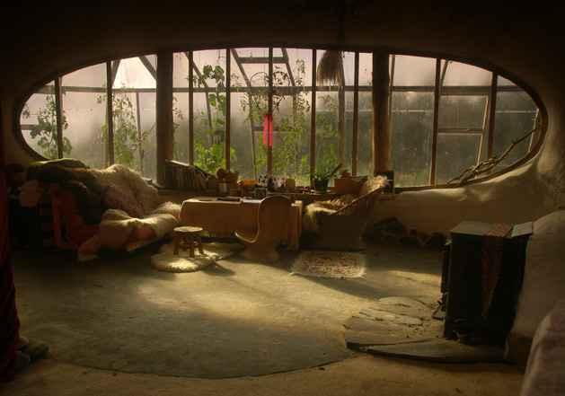 une vraie maison de hobbit cologique et autosuffisante. Black Bedroom Furniture Sets. Home Design Ideas