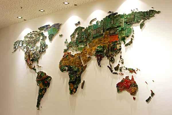 Une carte du monde réalisée avec des pièces informatique