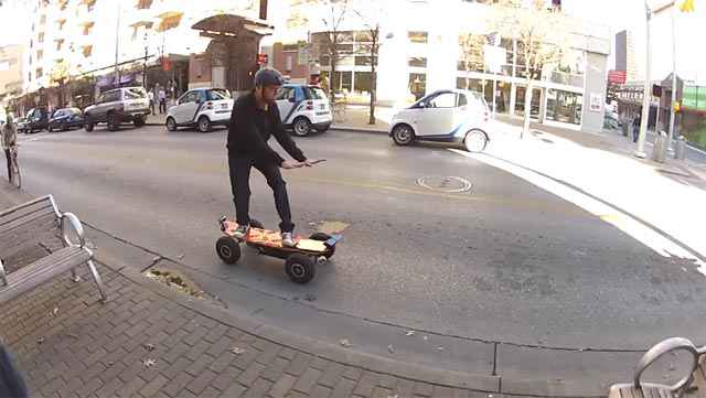 Un skateboard à moteur piloté avec Kinect