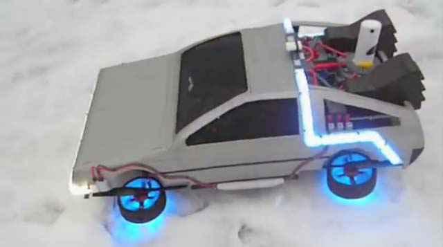Une DeLorean volante construite autour d'un drone Quadrirotor
