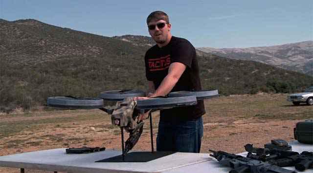 Un prototype de Quadricoptère équipé d'une mitraillette