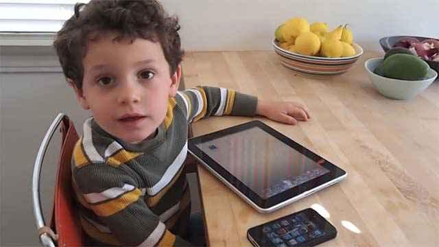 Aleck (4 ans) explique comment optimiser la batterie d'un iPad