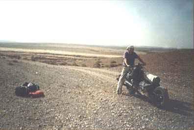 En panne dans le désert, il transforme sa 2CH en moto