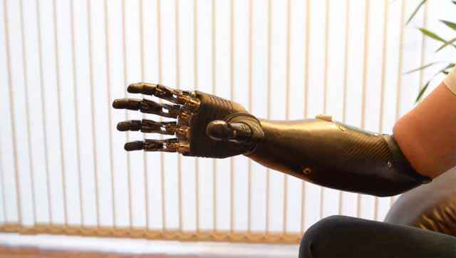 terminator arm un incroyable bras bionique neozone. Black Bedroom Furniture Sets. Home Design Ideas