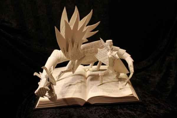 Les personnages de romans sculptés à partir des pages de leurs livres
