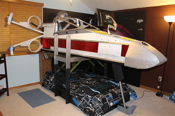 Un père construit un lit X-Wing pour son fils
