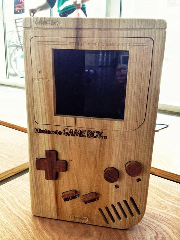 Une Gameboy géante et fonctionnelle en bois