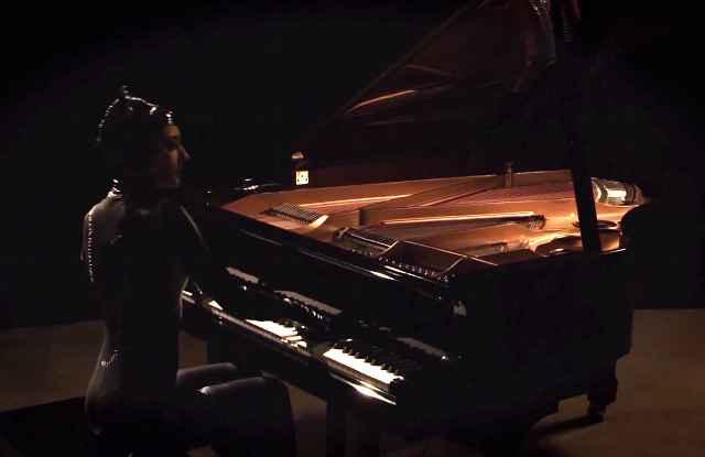 Catwoman (Sonya Belousova) joue le thème de Batman au piano