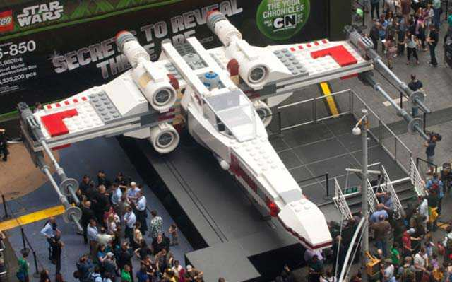 Un X-Wing grandeur nature en Lego en plein Time Square