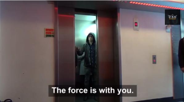 un Jedi piège des inconnus dans un ascenseur