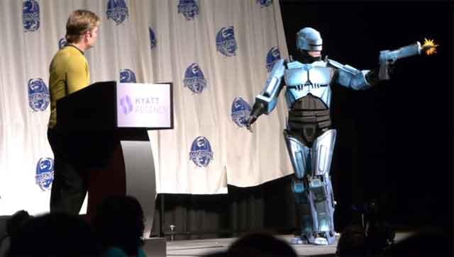 Un étonnant cosplay de Robocop en carton