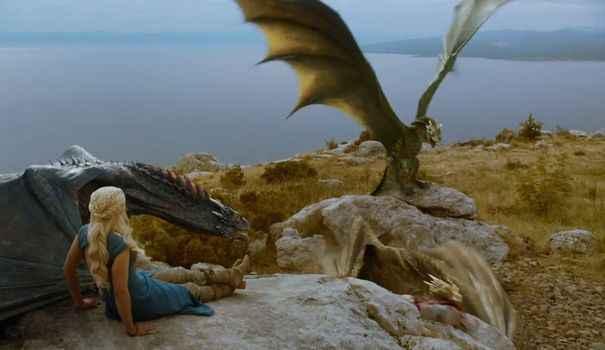 Photo de Duel réaliste entre un Hélicoptère Apache et un dragon Game Of Thronesque