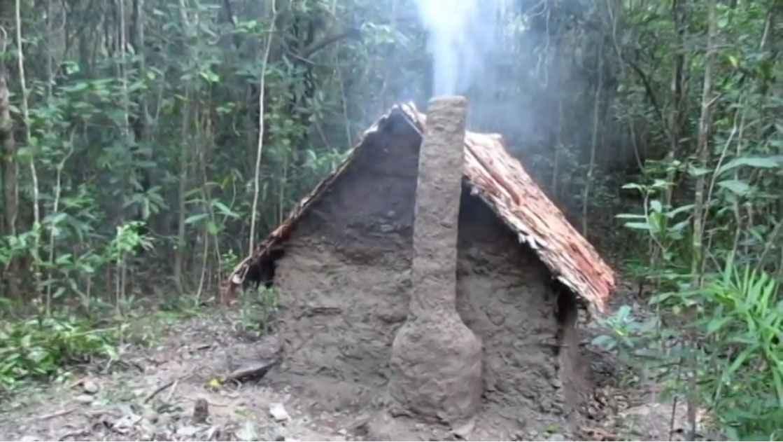 Bevorzugt Sans outil il fabrique une incroyable maison en Torchis au cœur d  BS22