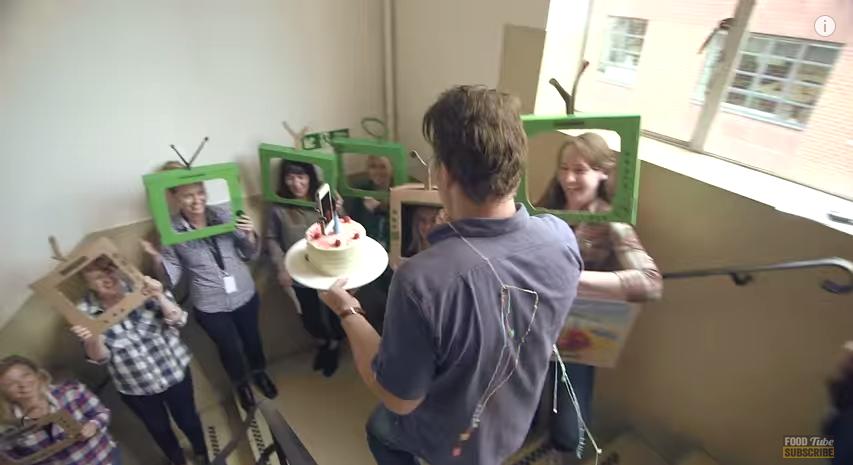 Une surprise d 39 anniversaire geek pour le cuisinier jamie for Cuisinier oliver