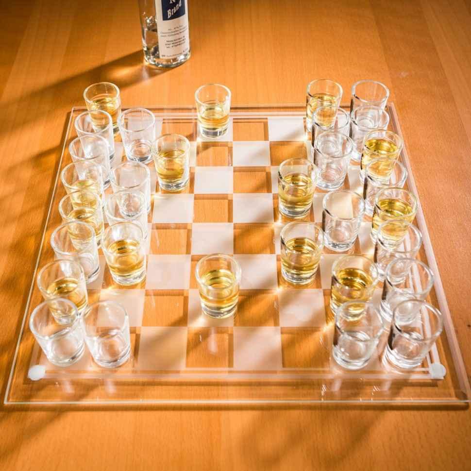 jeu-dechecs-avec-verres-a-shots-et-plateau-en-verre-001