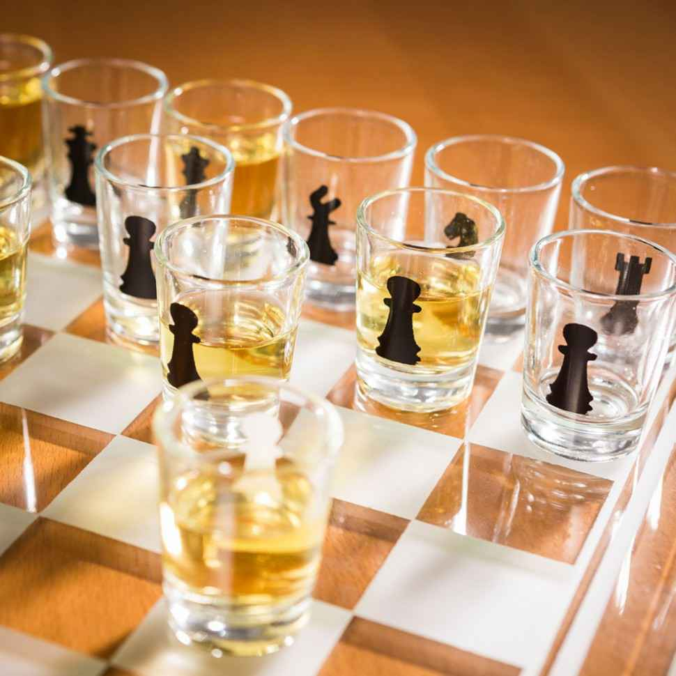 jeu-dechecs-avec-verres-a-shots-et-plateau-en-verre-003
