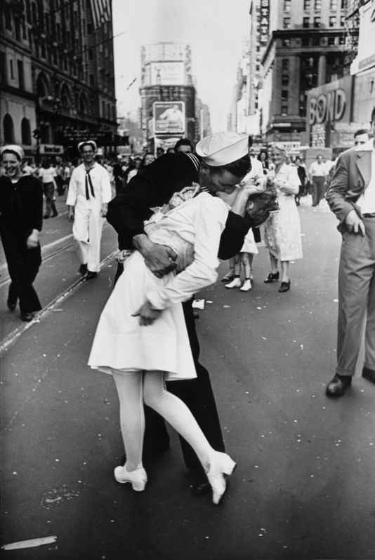 Alfred_Eisenstaedt_time_square_kiss_1945_newyork_neozone2016