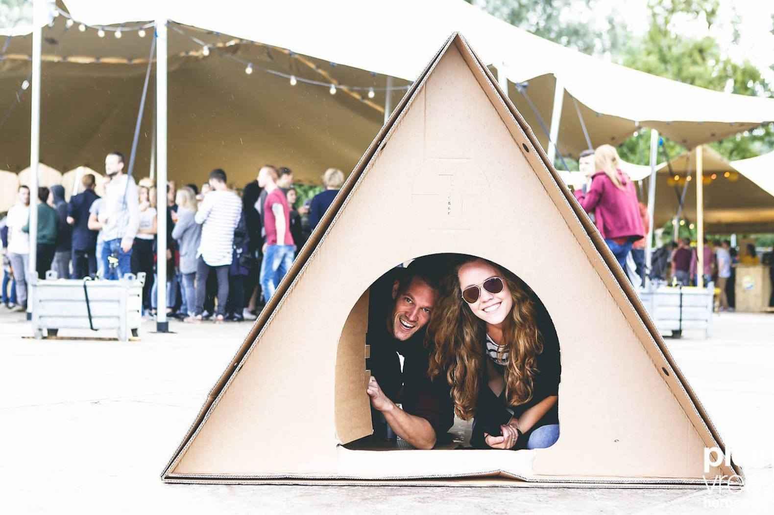 kartent une tente en carton pour les festivaliers neozone. Black Bedroom Furniture Sets. Home Design Ideas