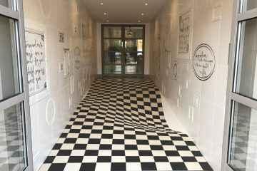Une entreprise utilise l'anamorphose pour faire ralentir ses clients dans les couloirs