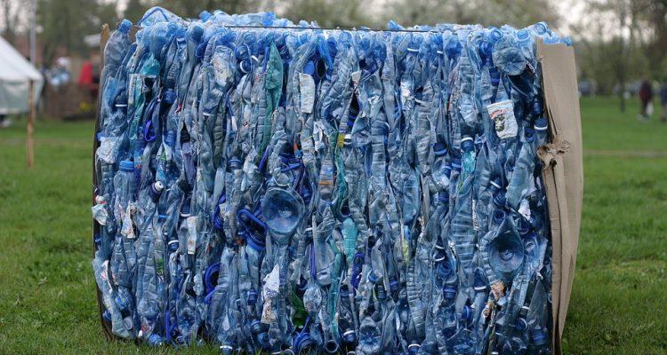 Faut-il en finir définitivement avec les bouteilles en plastique ?