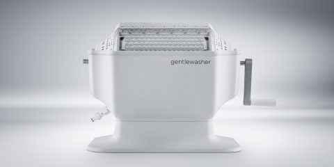 Gentlewasher, une machine manuelle pour laver les textiles délicats