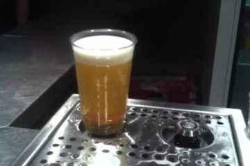 GrinOn Bottoms Up Beer, une tireuse à bière qui remplit les verres par le bas