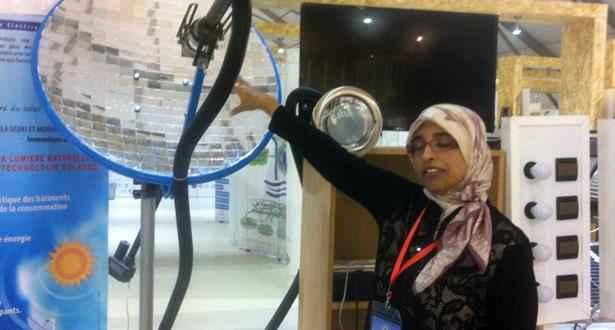 Une parabole équipée de miroir qui transmet la lumière du soleil en utilisant la technologie de la fibre optique.