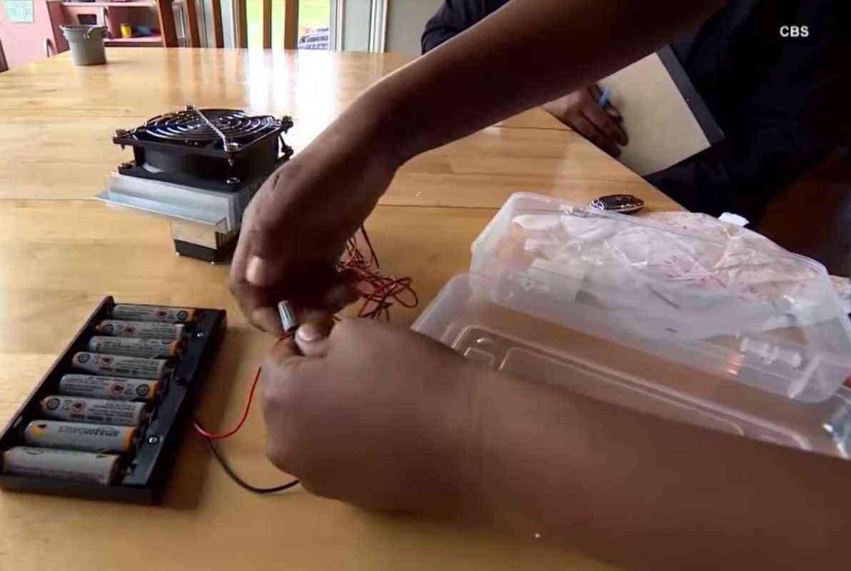 Un garçon de 10 ans invente un appareil pour prévenir et secourir les enfants oubliés dans les voitures l'été