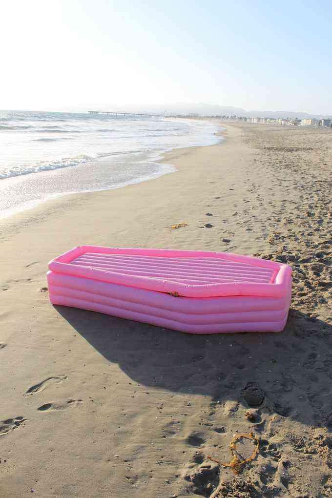 Pom Pom Floats, le matelas de plage gonflable en forme de cercueil rose (avec couvercle)