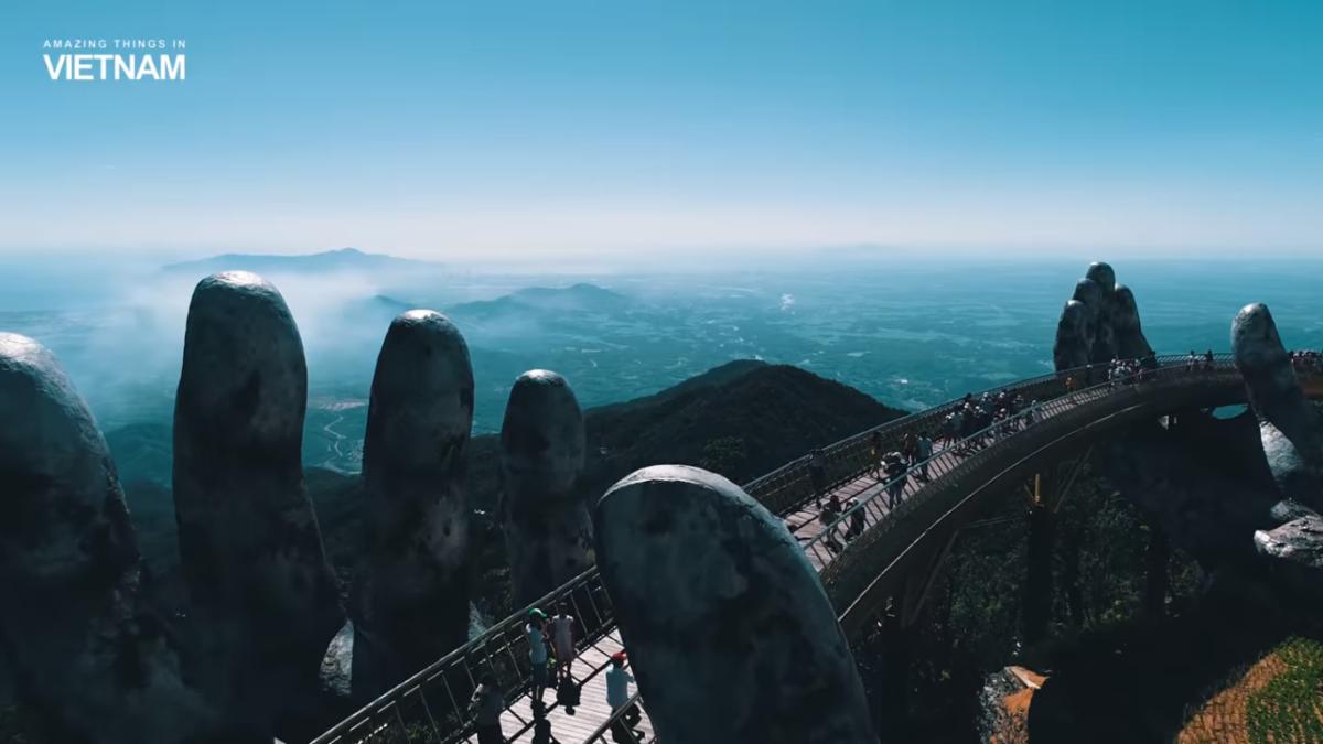 Vietnam: Un pont soutenu par deux gigantesques mains humaines
