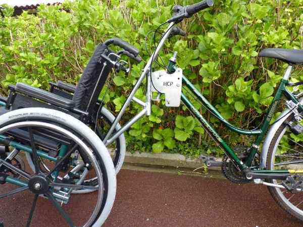 Le « guidon HCP », l'invention géniale qui permet d'associer un fauteuil roulant à un vélo