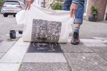 Un collectif allemand imprime ses vêtements sur les plaques d'égouts des grandes villes