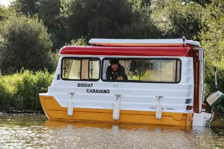 Un rarissime bateau caravane Bi-boat de 1986 a descendu l'Erdre pour son festival