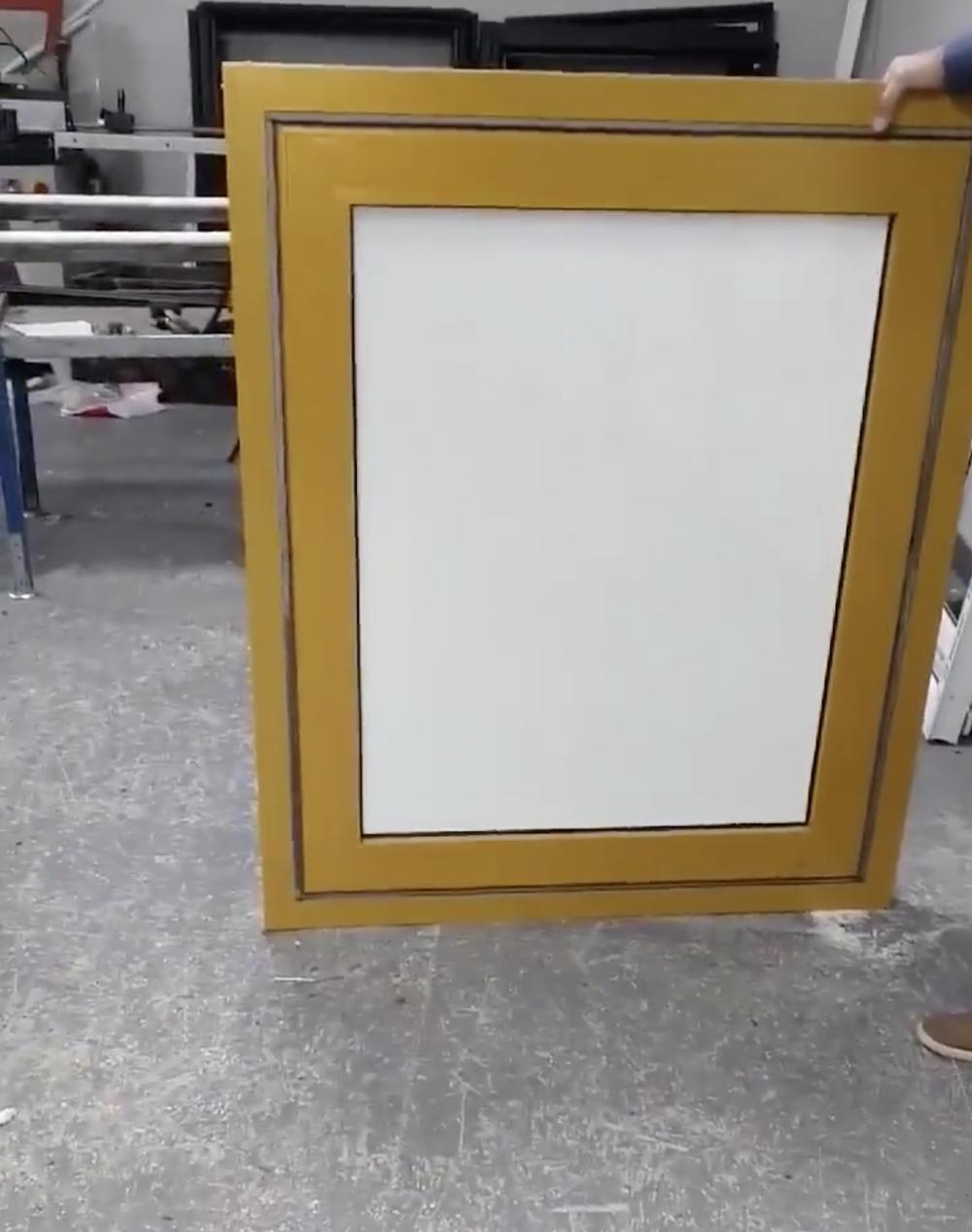 Un ingénieux système à base de sable pour opacifier les fenêtres