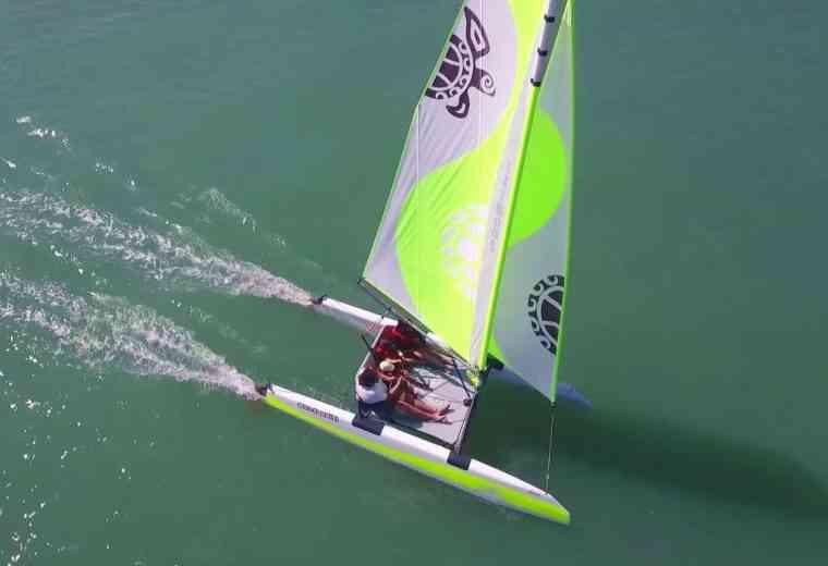 Iziboat: Ce catamaran pliable se monte en 10 minutes et se pilote avec un joystick