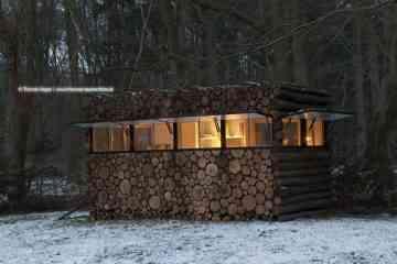 A l'intérieur de ce faux tas de bois ce cache un superbe studio design