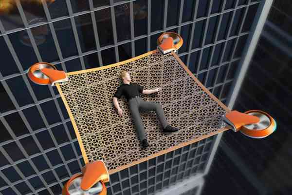 Un drone avec filet pour évacuer les personnes emprisonné dans un immeuble en flammes.