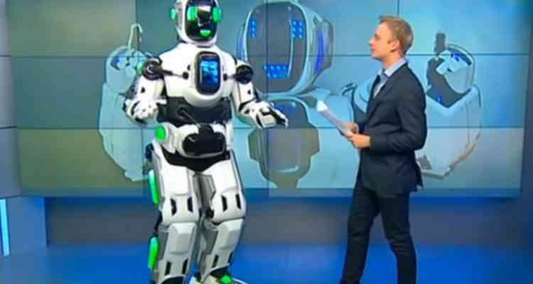 Dans ce robot russe ultra-perfectionné, se dissimulait un homme dans un costume...