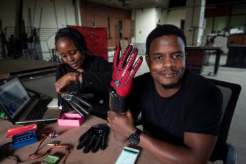 Des gants qui convertissent le langage des signes en discours audio