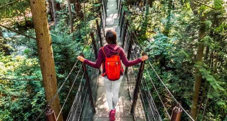 Femme marchant sur un pont suspendu