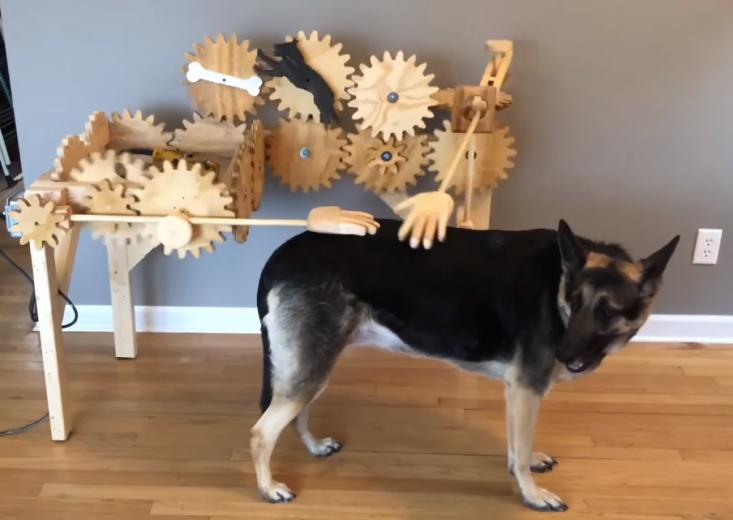 Une étonnante machine en bois qui caresse votre chien à votre place