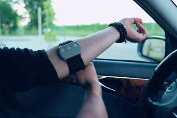 Steer, le bracelet anti endormissement au volant