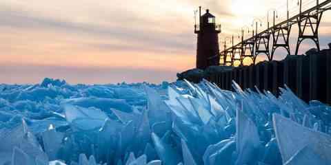 Découvrez les incroyables photos du lac Michigan, recouvert d'écailles de glace...