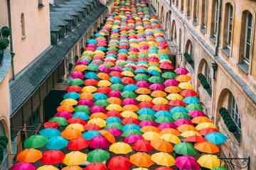 Un ciel de 800 parapluies déployé dans une rue de Paris
