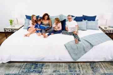 Ce gigantesque lit de 3m60 de large peut accueillir toute la famille, chiens et chats compris !