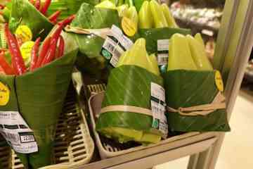Ce supermarché a remplacé les emballages plastique par des feuilles de bananier