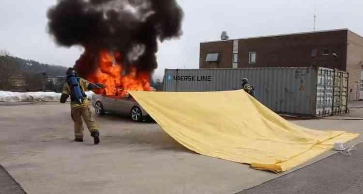 """Une société norvégienne à inventé une """"super couverture"""" pour éteindre les feux de voiture"""