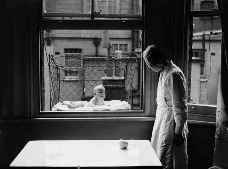 Dans les années 30, on suspendait les bébés dans des cages aux fenêtres, pour leur faire prendre l'air...